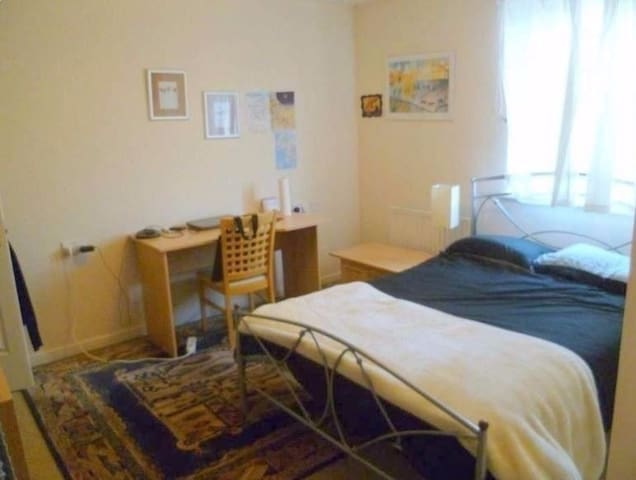 Semi - Ensuite double bedroom in Leith(shared)
