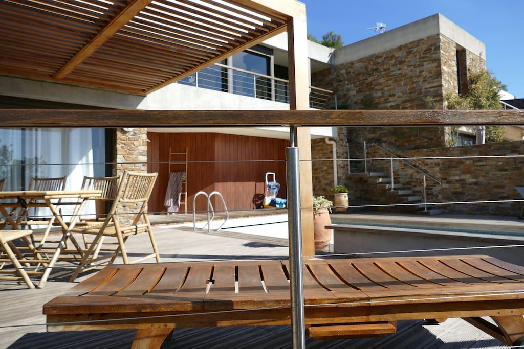 Vue de la terrasse inférieure et pergola adjacente à piscine