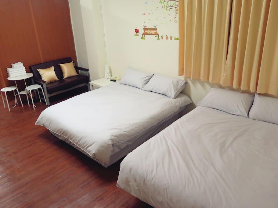 樂聚四人房一景 -- 床鋪特寫及沙發。