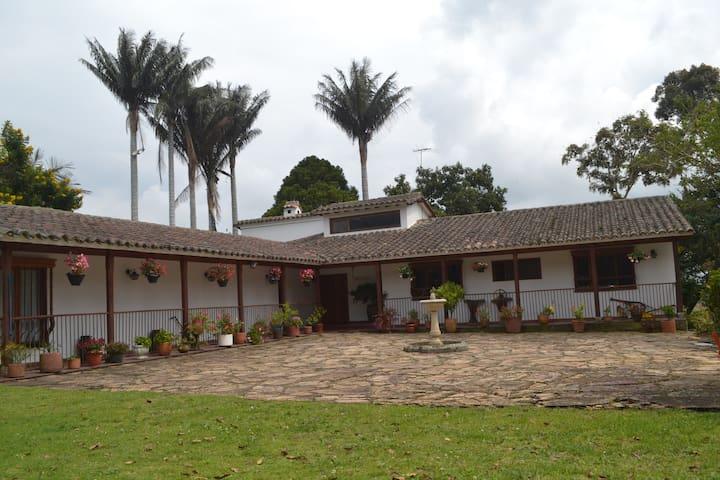 Cozy and friendly farmhouse very close to Bogotá.