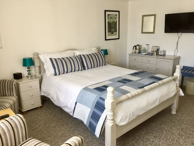 Polperro B&B - kingsize room with ensuite shower