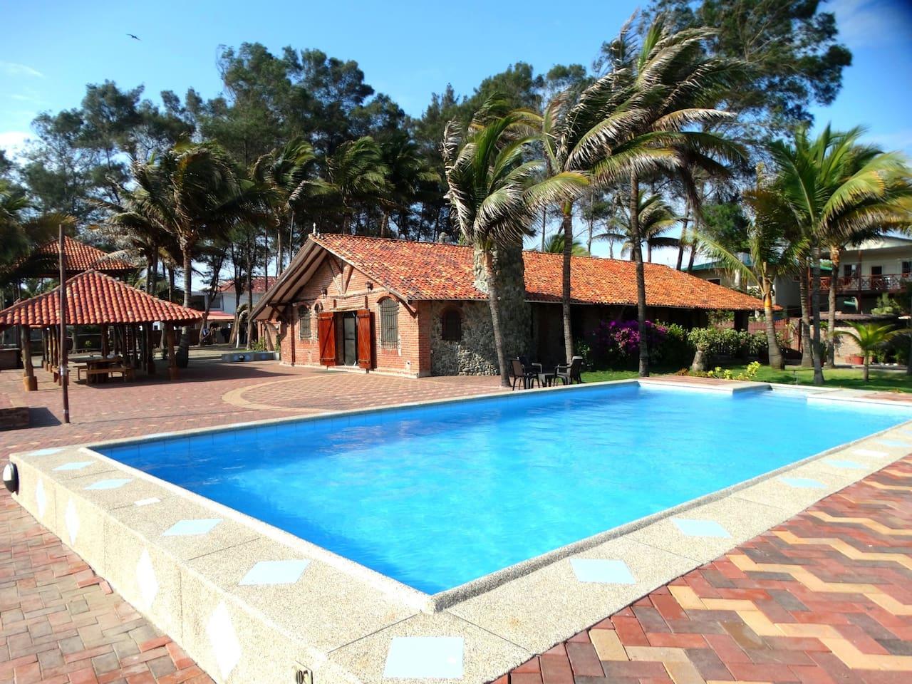 Casa Máster, piscina frente al mar