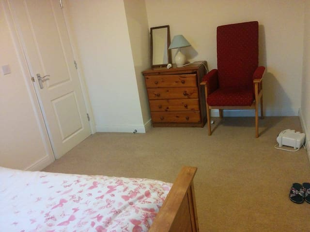 Lovely double bedroom in spacious quiet house