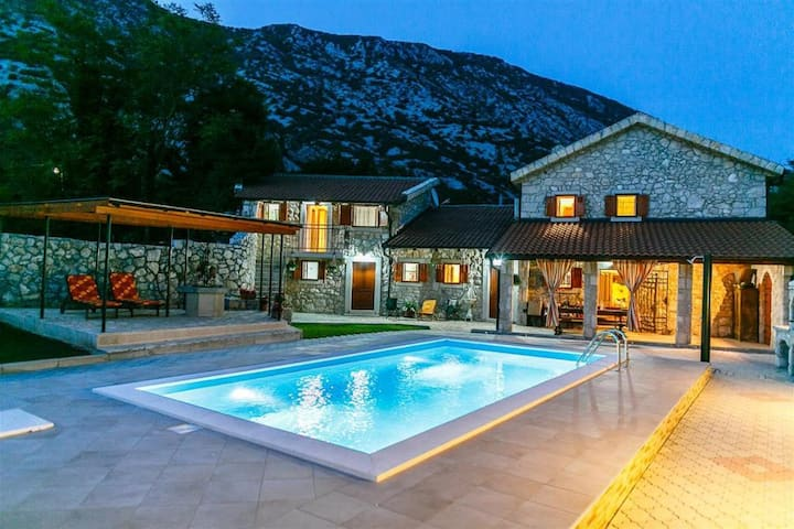 Spacious, exclusive stone house with pool & garden