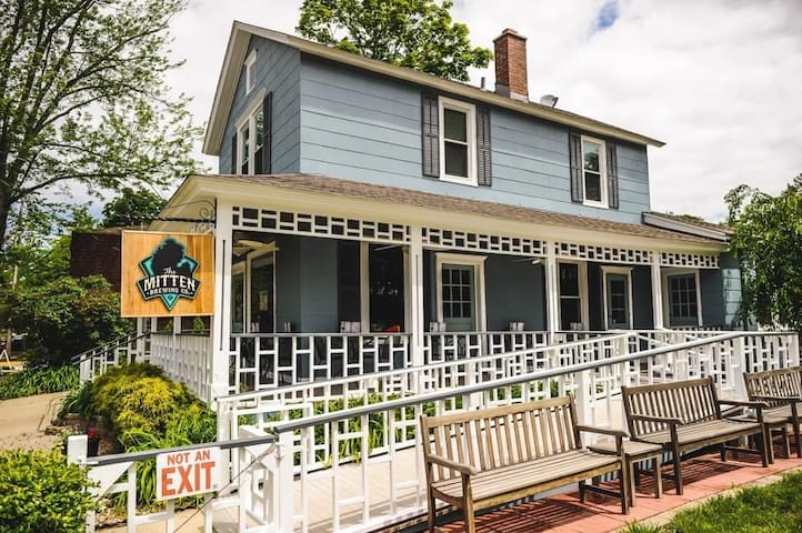 The Mitten Apartment - Downtown Saugatuck