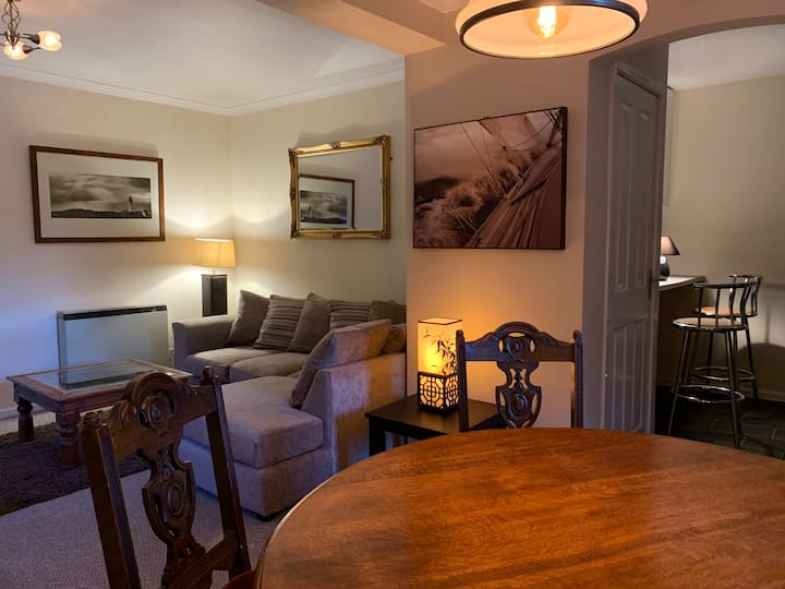 Scotty's - cosy central Bowness apartment
