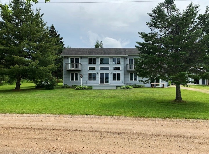 LARKS LAKE LODGE (Pellston, MI): Family friendly lakefront home on 9 acres