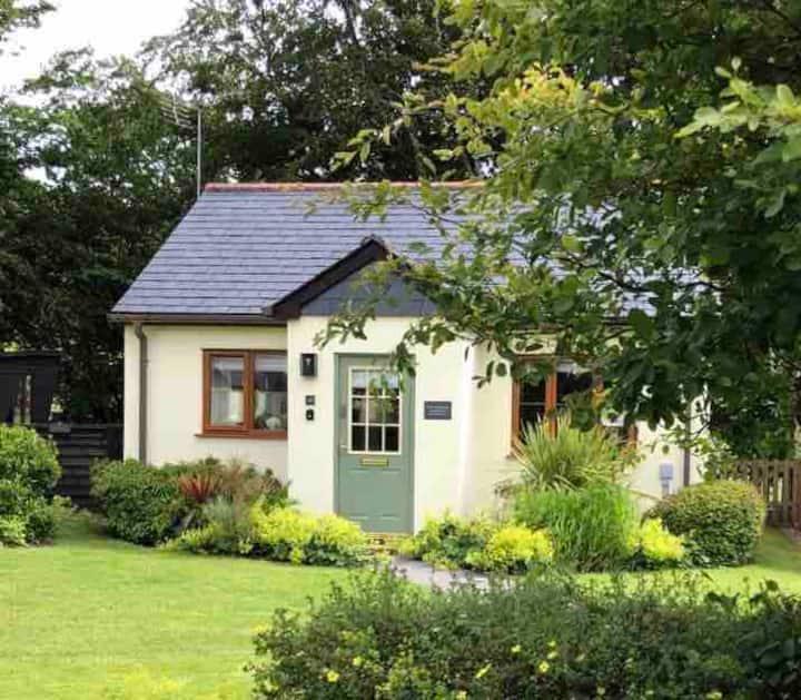 Idyllic Cornish Riverside Cottage + 'Otter Lodge'