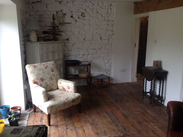 Cosy stone cottage on working farm - Maesybont - Banglo