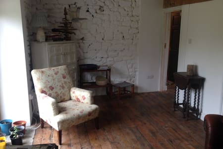 Cosy stone cottage on working farm - Maesybont - Bungalov
