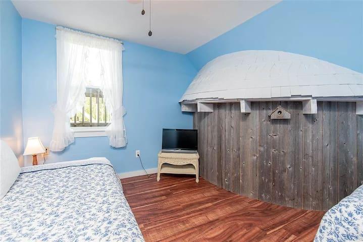 Bedroom 9 - 2 Twin Beds