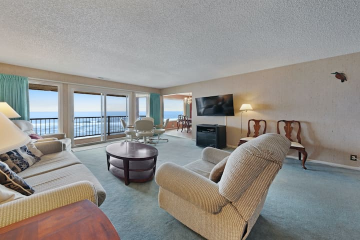 New listing! Lovely oceanfront condo w/ sweeping views, fireplace & balcony!