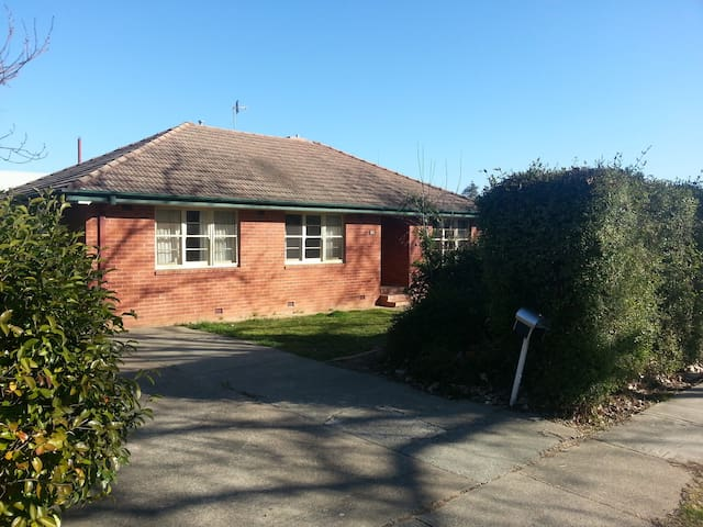 Clean & comfy 2bd House near city - Braddon - House