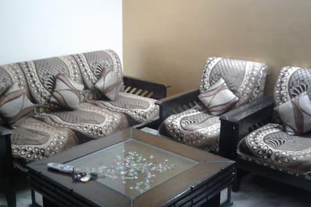 Private room with TV, Wifi, AC, Internet - New Delhi - Apartment
