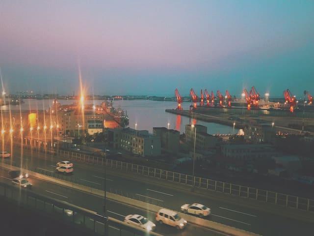 """窗外的小港湾-享有""""维多利亚湾""""美誉,近期的海军节会有各国军舰入港停泊"""