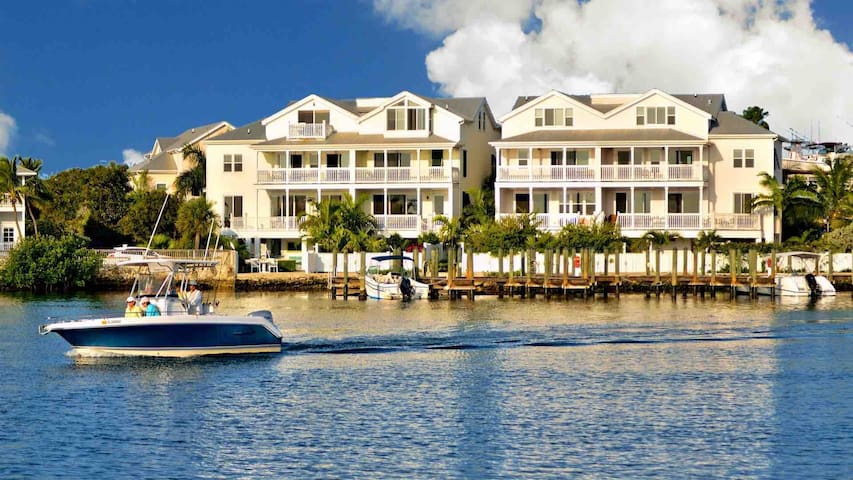 **THE COMMODORE'S MANOR @ PARADISE HARBOR** Waterfront Home & Pool + LAST KEY SERVICES...