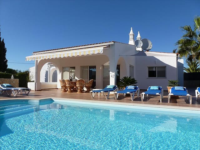 Villa Rocha, Family villa, Near Ocean, 4 Bedroom, Sleeps 8,  Heated Pool, Air-con & BBQ - Carvoeiro - Villa