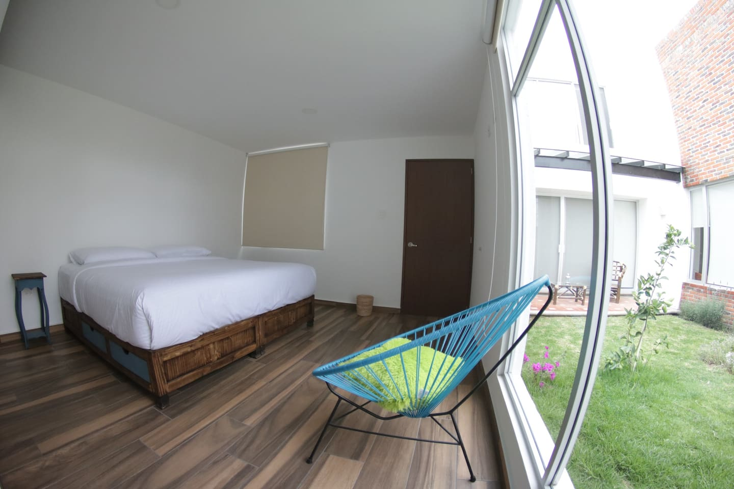 Cama king, muy ventilada y luminosa, persianas blackout y la mejor vista al jardín. King bed, iluminated and fresh, with blackout blinds and the best view to our garden.