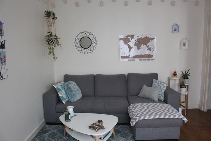 Salon avec canapé d'angle (lit 2 personnes) - grande TV - donnant sur cuisine ouverte