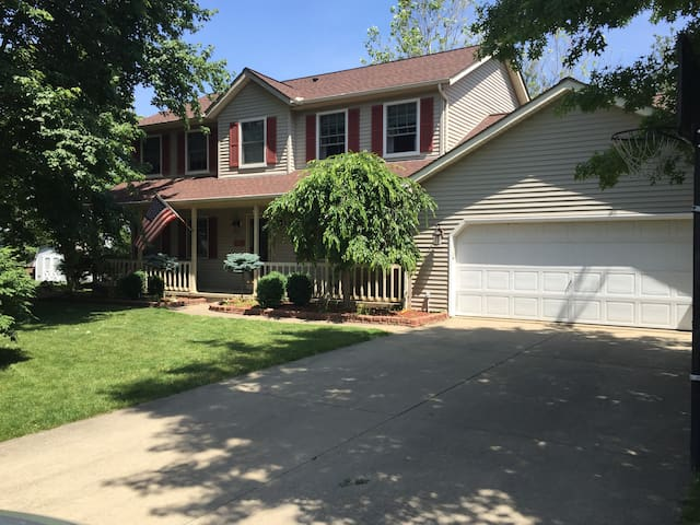4 Bedroom Colonial 45 minutes from the RNC - Brunswick - Hus