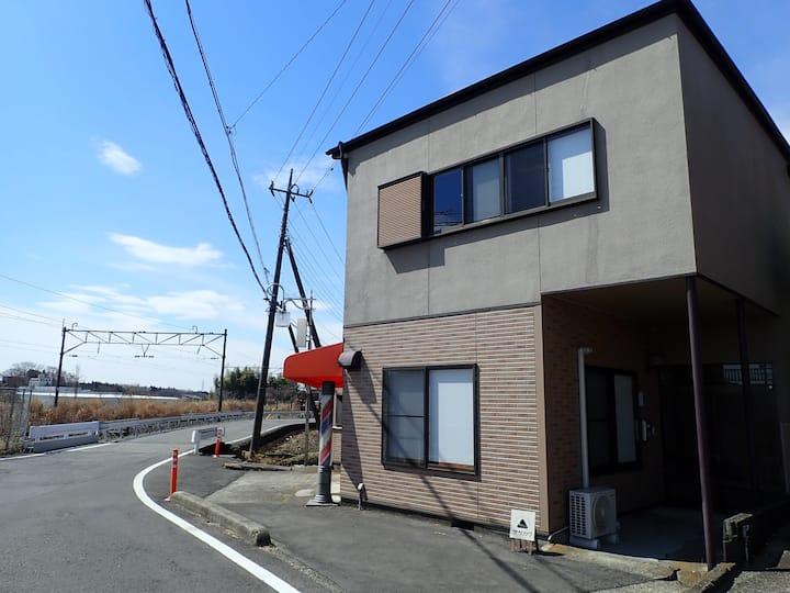 JR「黒田原駅」から徒歩2分。那須高原へもアクセス良好。2段ベッドのドミトリールーム