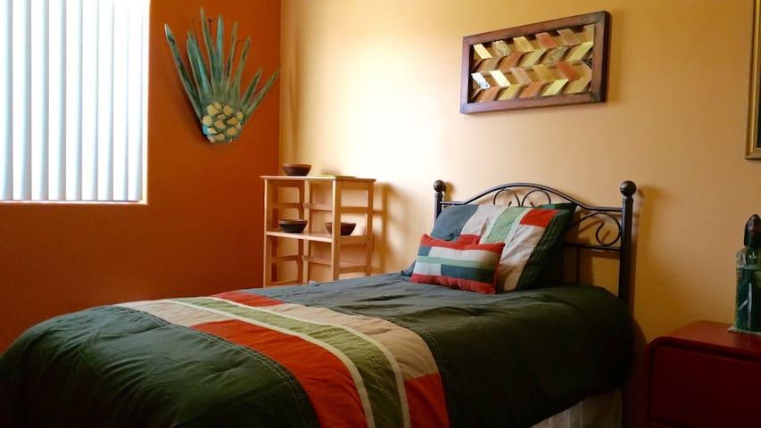 UA 1.8 miles: BR, freeWiFi/Netflix - Tucson - House