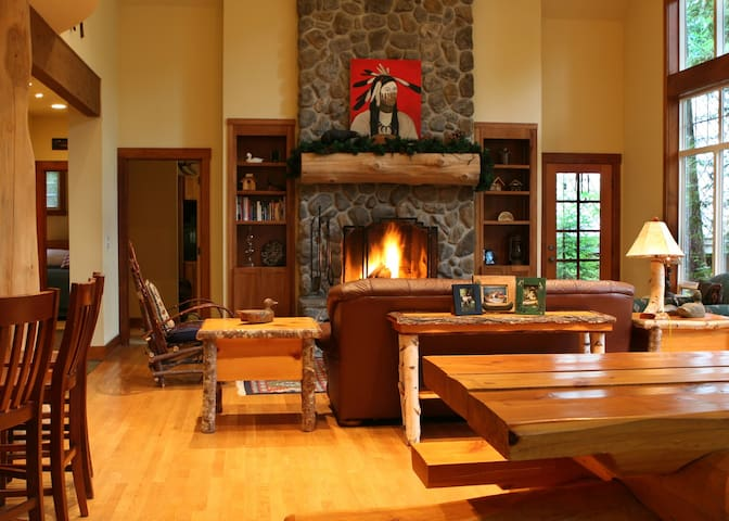 Warm and Inviting River Rock Lodge with 2 fireplaces, hot tub, near trails