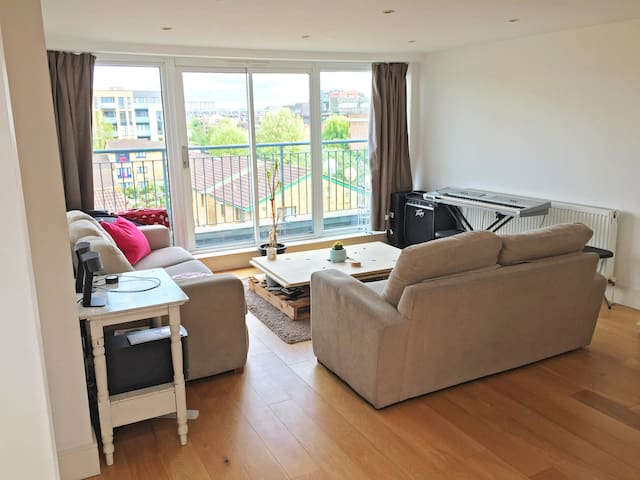 Bright double room in modern East London flatshare - London - Apartment