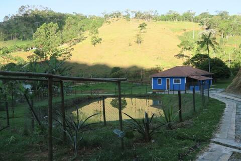 Casa de sítio com varanda e açude