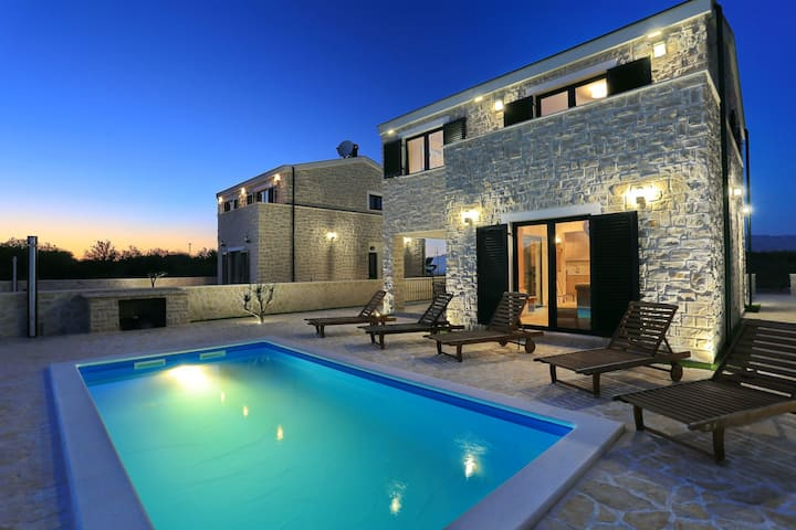 Villa Luna( heated pool & free bikes)