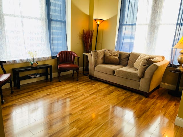 Fast WiFi, Self Check-In, Central Downtown 2BR Apt
