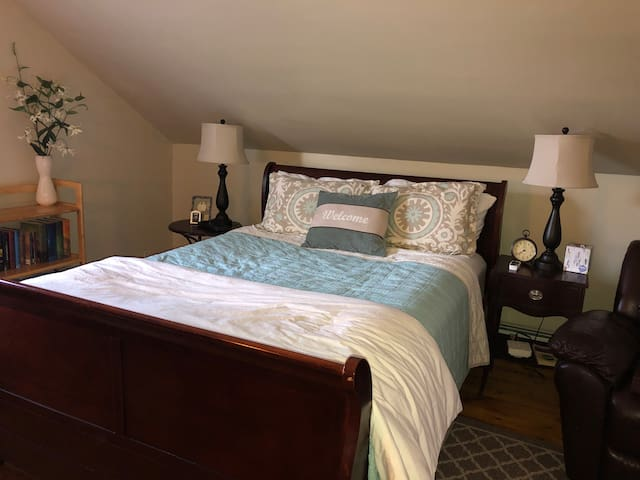 Witch City Getaway for 2+ Walk Downtown!