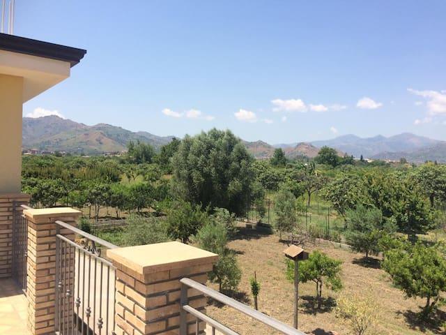 Panorama da balcone vista montagne