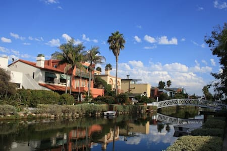 Venice Canals Pvt Room + Bath, two blocks to beach - Los Angeles