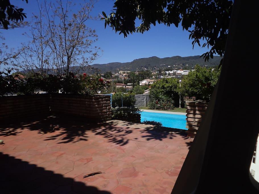 1 b b en casa con jardin y piscina bed and breakfasts for Piscinas jardin cordoba