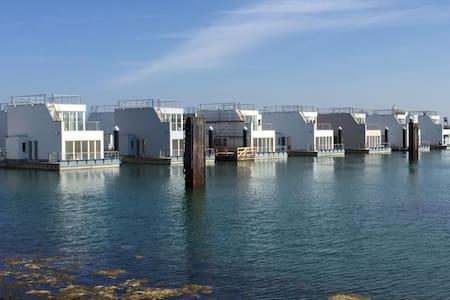 Schwimmendes Ferienhaus/ Hausboot/ Floating Home - Kappeln - Casa