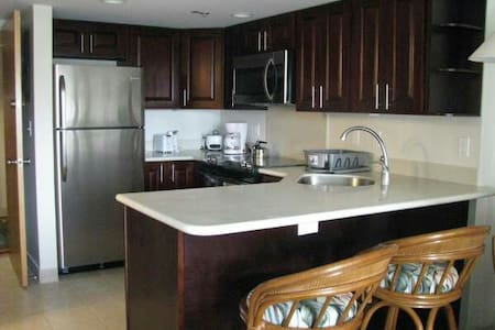 Spacious One Bedroom on the beach. - Honolulu - Apartment