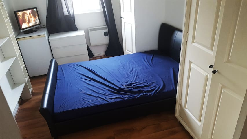 Comfy, Lovely Double Room In a 2 Bedroom Apartment