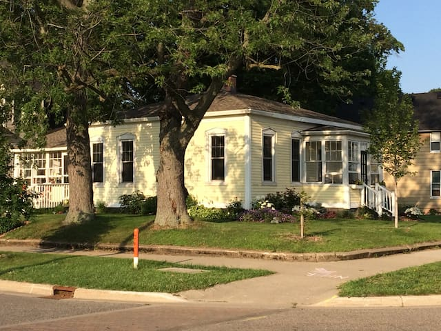 Historic Bungalow Near Farmers Market & Downtown