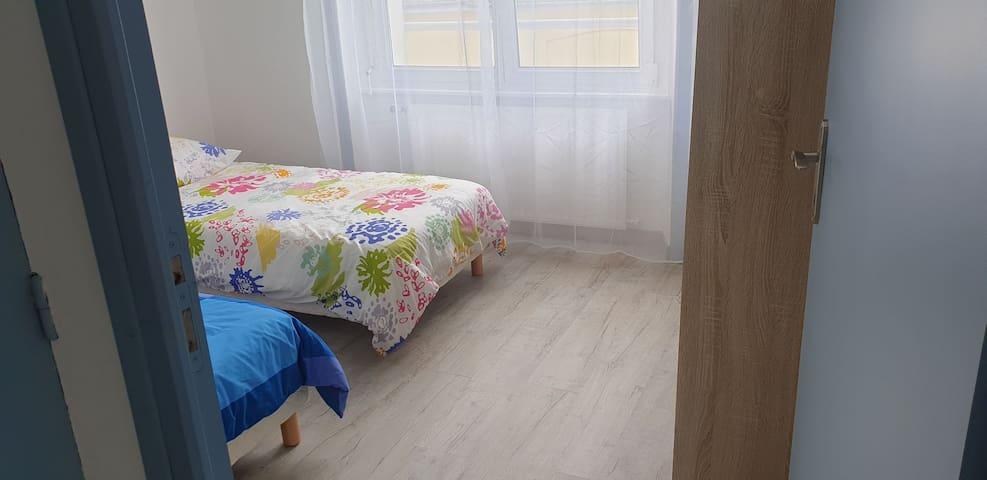 La chambre enfants avec rangements et deux lits simples se transformant en lit king suée