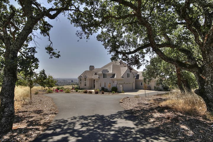 Wine Country Estate With Panoramic View