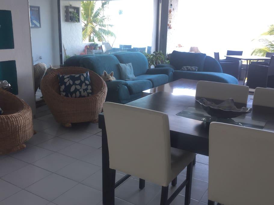 Comedor para 4 personas y sala de estar. Living room. Dinning room