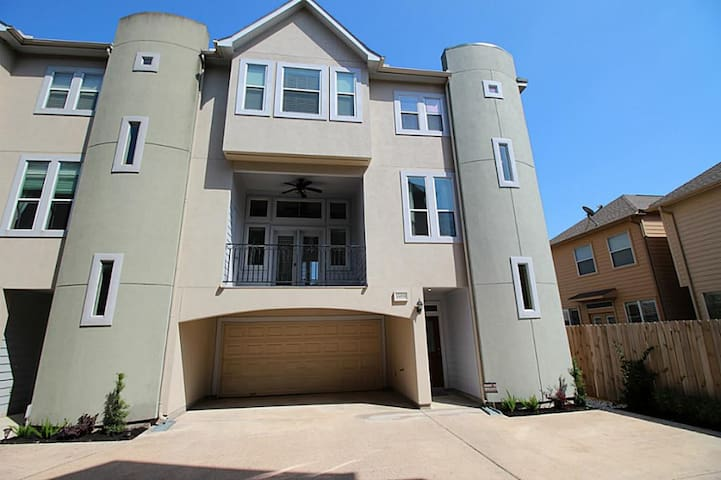 3 Story Home in Heights for Superbowl Weekend