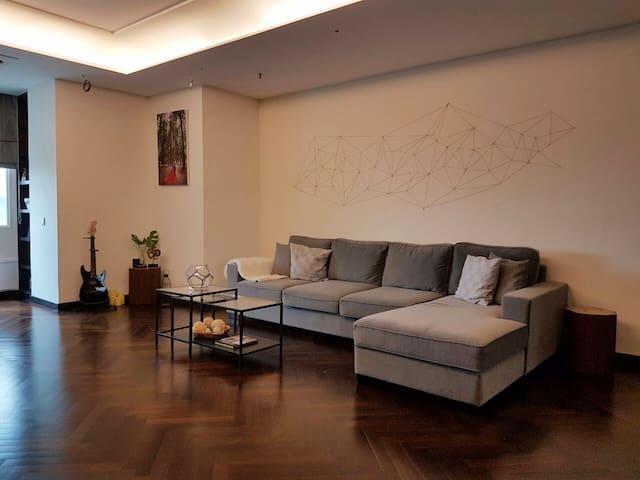 OUTERSPACE-Luxury Private Suite,Strategic location - Kebayoran Lama - Leilighet