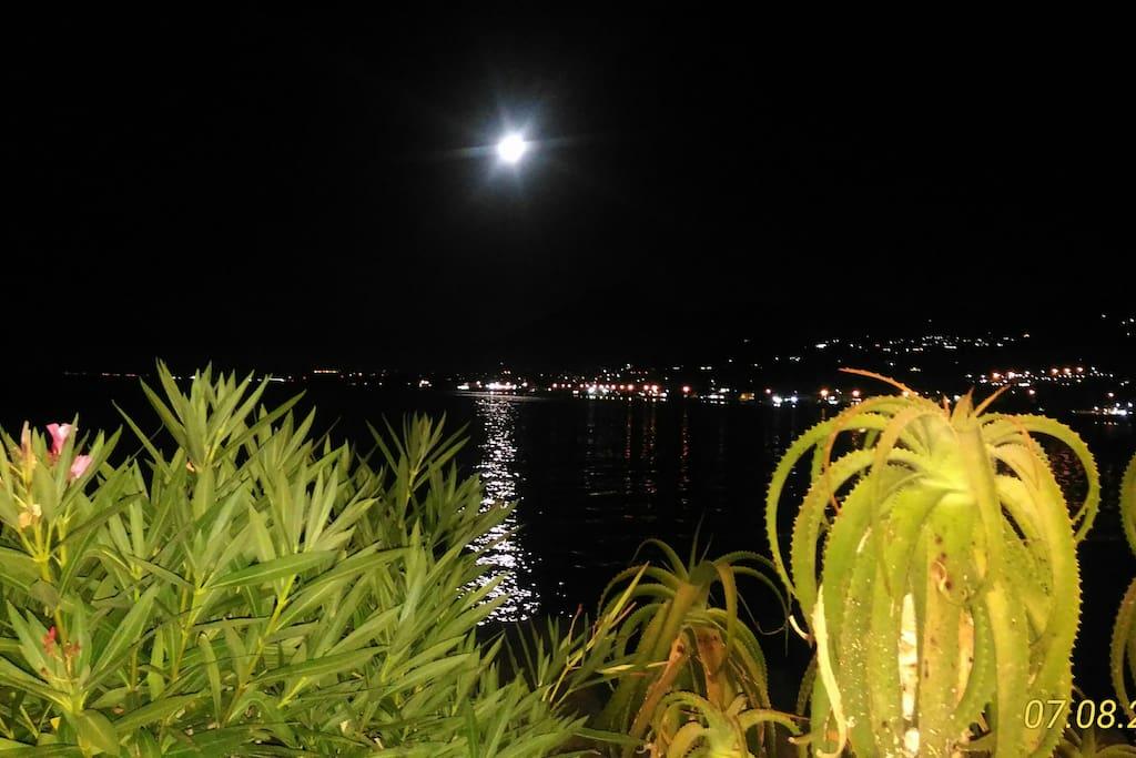 Luna piena che riflette sul mare antistante la veranda