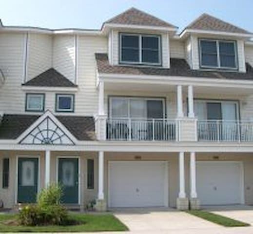 3BR and 3.5 Bath Townhome in Diamond Beach with POOL!!