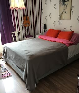 Extra comfy room in funky Södermalm - Стокгольм - Квартира