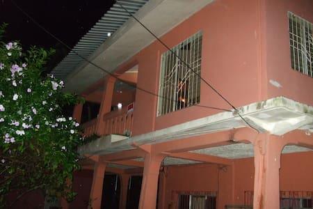 Cozy, walk to beach, near downtown. - La Ceiba - House