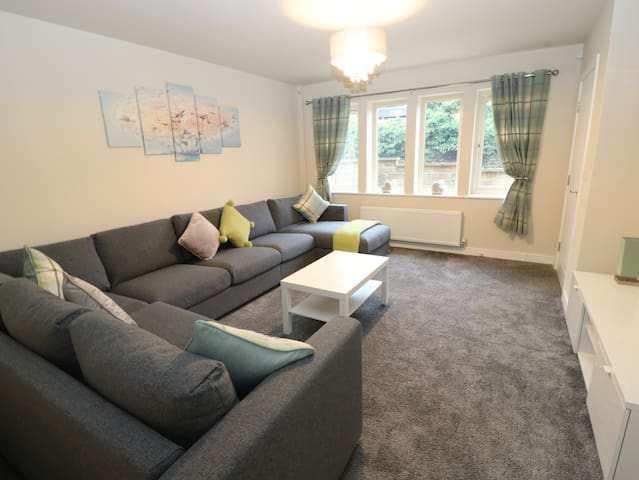 Modern Town House Shepley, Newly Furnished