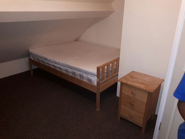 Cosy Ensuite loft room with good  links Sutton